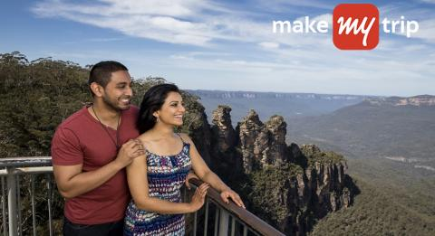 A couple enjoying the view from Echo Point lookout(Three Sisters), Blue Mountains